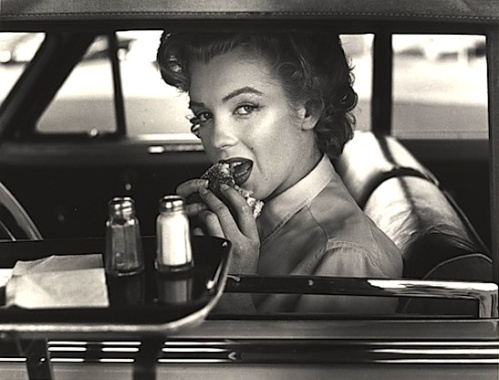 Marilyn-eats-a-burger