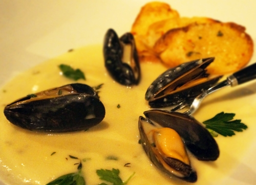 3 Moules with Roquefort Cream Sauce (Served with a Cedrus Ugni Blanc)