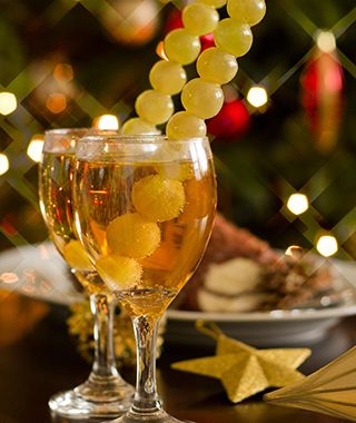 D5J9XB Happy New Year - champagne, grapes and party decoration